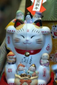 Maneki_neko_with_7_Lucky_Gods_by_OiMax_in_Asakusa,_Tokyo